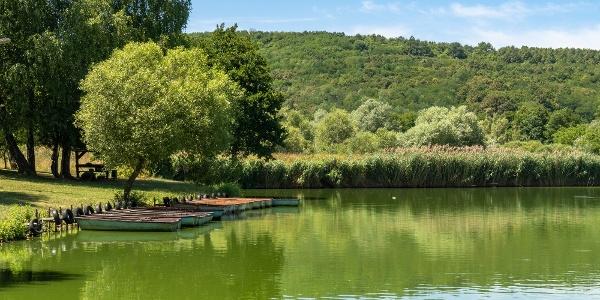 Csónakkölcsönző a Kovácsszénájai-tó gátjánál