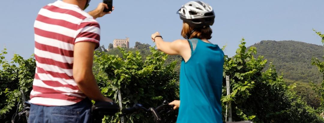 Stopp beim Radfahren mit Blick aufs Hambacher Schloss  © Melanie Hubach