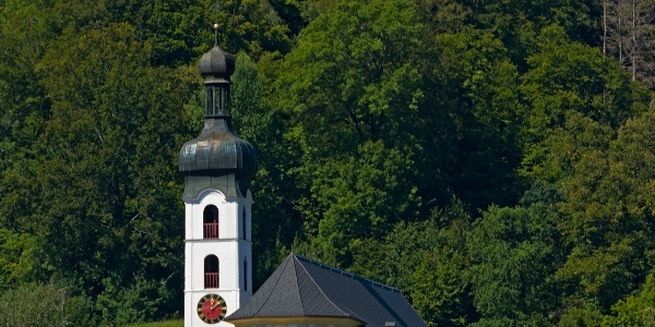 Der Weg führt an der Pfarrkirche Tschagguns vorbei auf den Kirchenstein