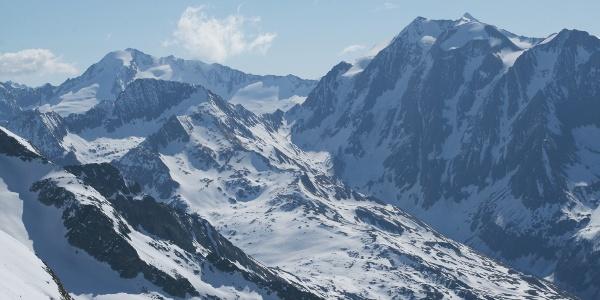Blick vom Kraxentrager in das tiefeingeschnittene Oberbergtal mit den Hängegletschern des Hoch- und Grießferner. Auch der Einschnitt der Grießscharte am Talende ist gut zu erkennen.