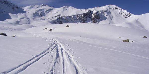 """Im Bereich der """"Oberen Böden"""": Großes und Kleines Windegg, rechts der Wetterkreuzkogel (2587 m)."""