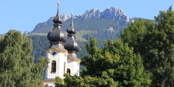 Blick auf die Kampenwand mit Aschauer Kirchturmspitzen