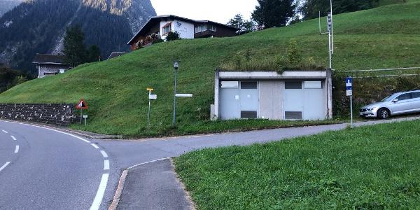 rechts vom Häuschen kann man parken