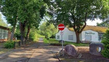 Verkehrswidrige Wegeführung für Radfahrende, es fehlt das Schild