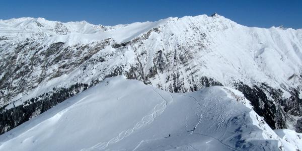 Blick hinunter zur Scharte mit Einsicht in die Aufstiegsroute - unten der Geierschnabel, im Hintergrund  der Kamm mit Ultenspitze, Windbichl und Gammerspitze