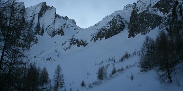 Nach dem Anstieg durch den steilen Waldabschnitt, zeigen die umliegenden Felswände und steilen Kare den alpinen Charakter der Skitour auf die Grabspitze.