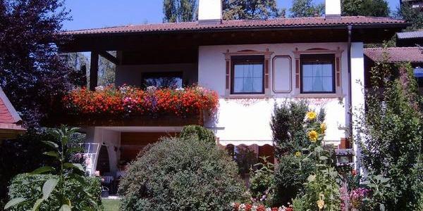 Hausansicht Sommer mit Garten