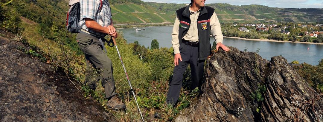 Wanderer auf der Ripp mit Ausblick auf den Bopparder Hamm