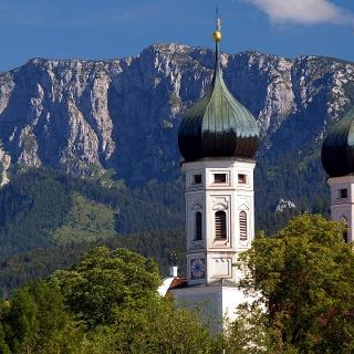 Blick von Benediktbeuern auf die Benediktenwand.