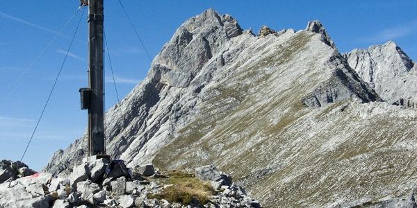 Das Gipfelkreuz vor der benachbarten Walderkampspitze