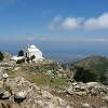 Nochmals die Gipfelkapelle im Hintergrund die Hauptstadt Kos.