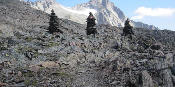 Drei markante Steinmänner weisen den Weg zum Fernerköpfl (hintern ganz links im Bild)
