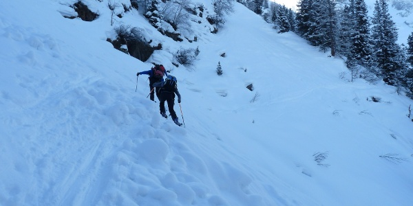 Die Querungen der steilen Rinnen und Gräben sind ein Kriterium bei der Skitour auf die Hohe Kirche.