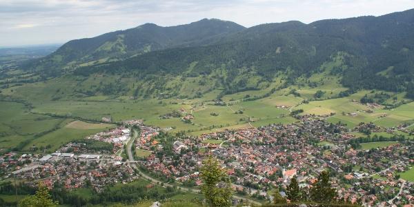 Herrliche Ausblicke hinunter auf Oberammergau und das Alpenvorland.