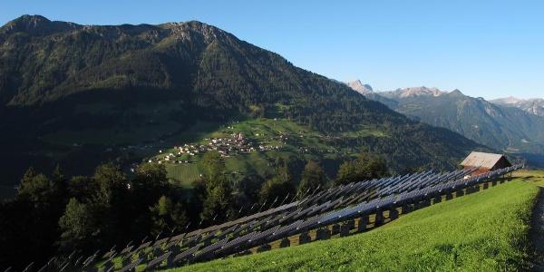 Am Leusorgweg - Photovoltaikanlage in Blons mit Blick auf Raggal mit Hohem Frassen