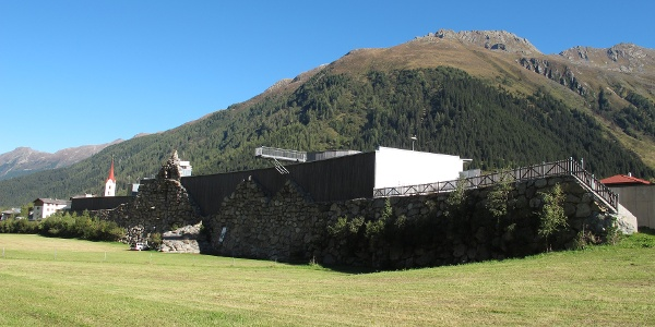 Galtür mit Lawinenschutzmauer und Alpinarium