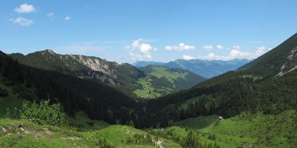 Blick vom Mattlerjoch, rechts hinten die Berge des Walser Kamms