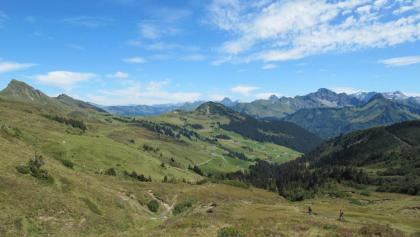 Blick vom Sünser Joch auf die Ugaalpe und den Ortsteil Uga. Durch einen Erblehensvertrag wurde im Jahr 1313 von den Grafen von Montfort die Alpe Uga an Walliser zum Erblehen übergeben. Am linken Bildrand die Damülser Mittagsspitze.