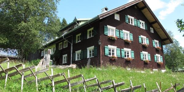 """Walserhaus mit """"Schreeghaag"""" in der Parzelle Au (Hirschegg). Diese Holzzäune waren früher im ganzen Kleinwalsertal üblich."""