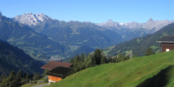 Blick vom Kristberg; rechts im Bild ein Teil von Bartholomäberg, in der Mitte großteils Tschagguns mit Latschau, im Hintergrund die Berge des Rätikongebirges (v.r.n.l.): Zimba, Saulakopf, Golm, Drei Trüme, Drusen- und Sulzfluh