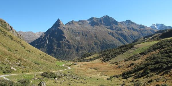 Auf dem Weg vom Zeinisjoch nach Galtür, das unterhalb der markanten Gorfenspitze liegt.
