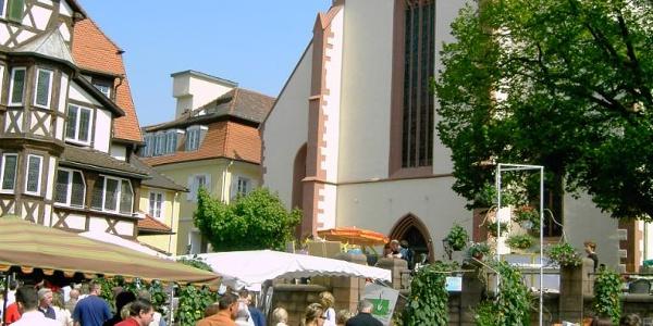 alltägliches Markttreiben vor der Mosbacher Stiftskirche