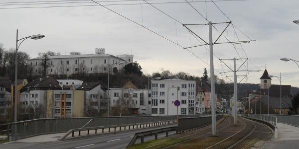 Der Linzer Stadtteil Ebelsberg mit dem Schloss Ebelsberg im Hintergrund.