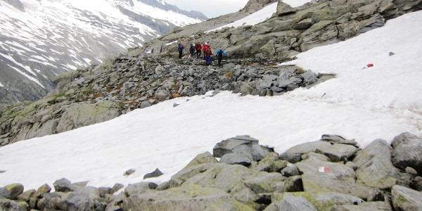 Die wenigen Schneefelder, die - je nach Witterungsverlauf - auf dem Weg bis zum Gletscher zu überqueren sind, sind unproblematisch. Hinten die Schlieferspitze (3289 m.