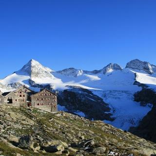 Kürsinger Hütte mit Talschluss und Obersulzbachkees.