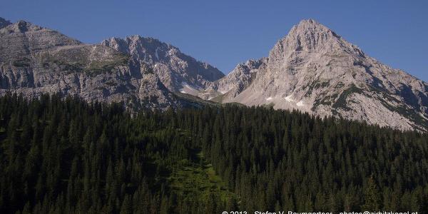 Blick von der Ehrwalder Alm zur Ehrwalder Sonnenspitze (2417 m), die sich rechts im Bild befindet.