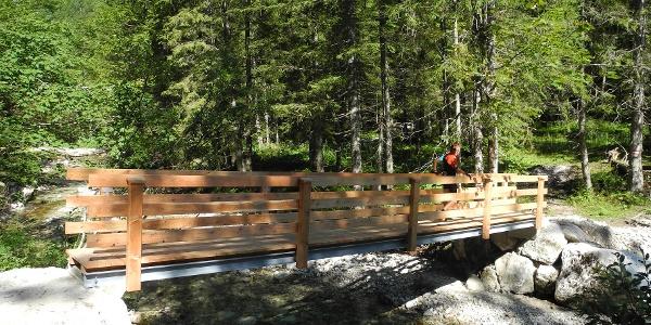 Beim Beginn des Naglsteiges überqueren wir den Rettenbach auf einer schmalen Brücke