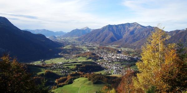 Kurz unterhalb des Gipfels ergibt sich ein schöner Blick über Bad Ischl bis zum Wolfgangsee.
