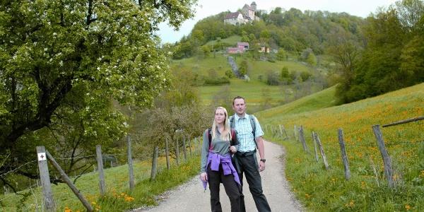 Wanderer unterhalb von Schloss Tierberg