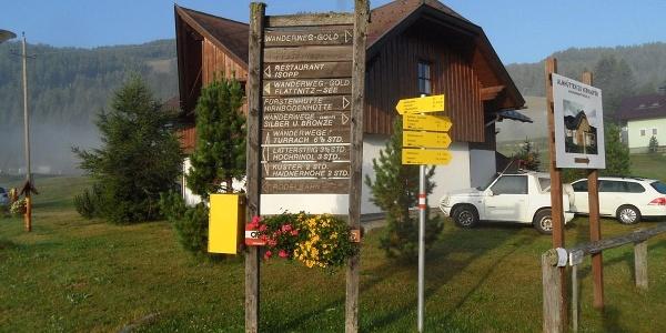 Wegweiser bei den Skiliften in Flattnitz