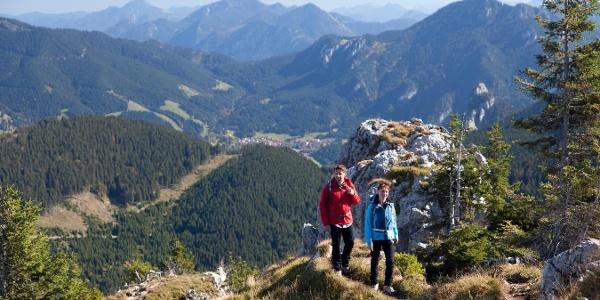 Bergtour Teufelstättkopf - kurz vor dem Gipfel, im Hintergrund Oberammergau, Laber und Aufacker