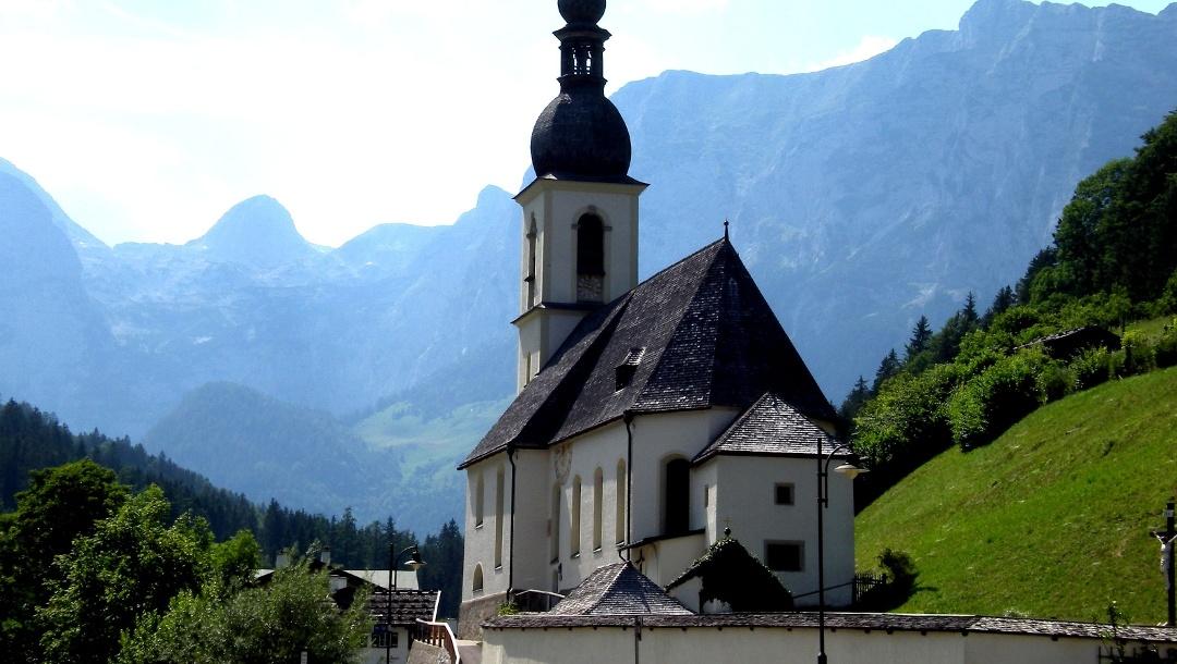 Die Pfarrkirche St. Sebastian in Ramsau bei Berchtesgaden.