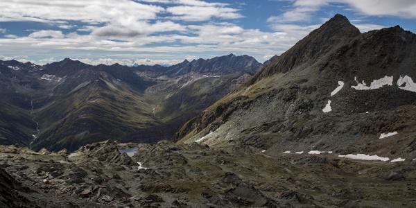 Von der Hochkarscharte auf das Abstiegsgelände, im Hintergrund Kleinbachtal und Großbachtal