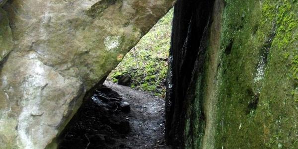 Eingestürzte Felswand bildet eine Durchgangshöhle.