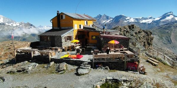 Gandegghütte mit Blick auf den Unteren Theodulgletscher