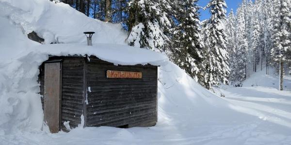 Notfallhütte mit Ofen unterhalb des Schönhalterecks