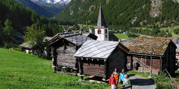 Wandern in Randa mit Blick aufs Klein Matterhorn (3'883 m) und das Breithorn (4'164 m)