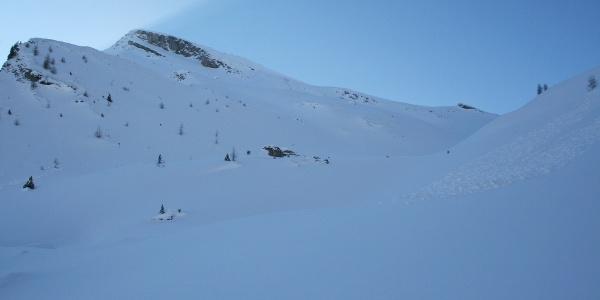 Häufig ist der Anstieg zur Saxalmwand unverspurt. Blick hinauf in Richtung Niedervennjöchl. Linkerhand der Gipfel der Saxalmwand.