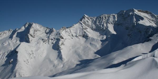 Grandioser Ausblick auf die hohen Berge der Zillertaler Alpen: Olperer, Fußstein, Schrammacher, Hohe Wand (v.l.).