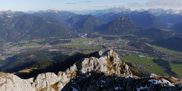 Ausblick vom Gipfel der Gehrenspitze über den Ostgrat auf Reutte
