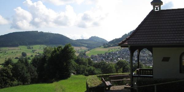 Konradskapelle mit Blick auf Seelbach und die Burg Hohengeroldseck