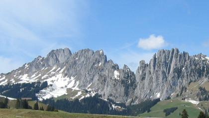 Blick vom Jaunpass auf die markanten Felszacken der Gastlosen.