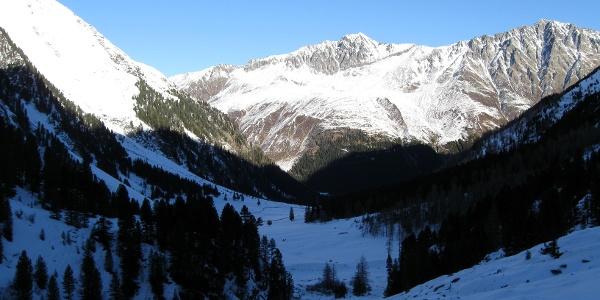 Blick talauswärts. Links der Mutenkogel, in der Bildmitte Seejoch und Peidersitze.