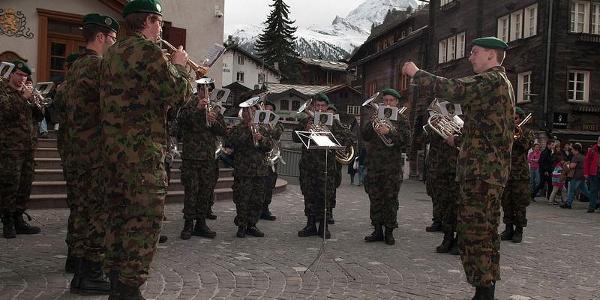 Diverse Darbietungen der Militärmusik in Zermatt