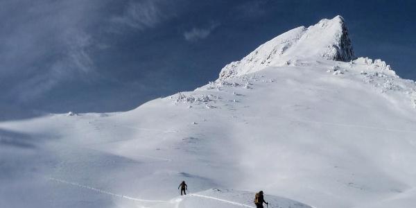 Unterhalb der Moosalm, erster Blick auf das Ziel, den Gipfel des Stadelsteins