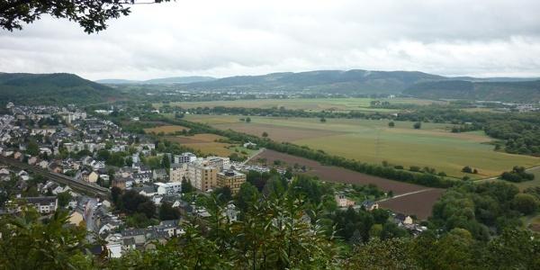 Blick von der Ehranger Kanzel in die Trierer Talweitung mit Ehrang (im Vordergrund) und Schweich (im Hintergrund)